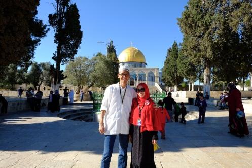 Saya dan istri berpose di taman Masjidil Aqsa